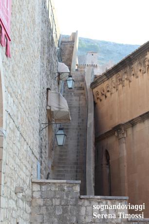 Le vie di Dubrovnik sono la location di Approdo del Re nella serie tv: nella foto, la salita alle mura