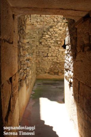La luce del cortile filtra tra le mura antiche